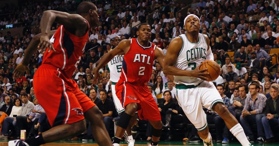 Paul Pierce, do Boston Celtics, tenta infiltrar na defesa do Atlanta Hawks
