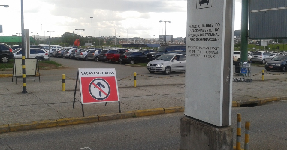 Placa indica lotação de setor do estacionamento do terminal principal do aeroporto de Cumbica