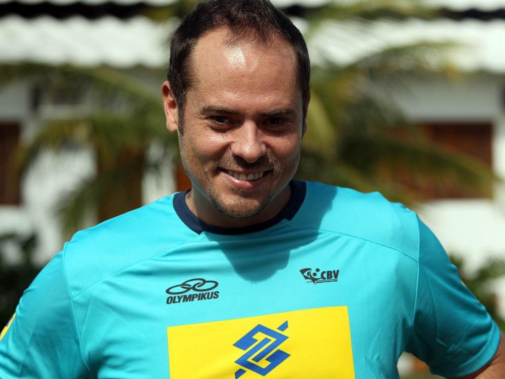 Ricardinho posa para foto com o novo uniforme da seleção de vôlei; levantador voltou ao time após cinco anos