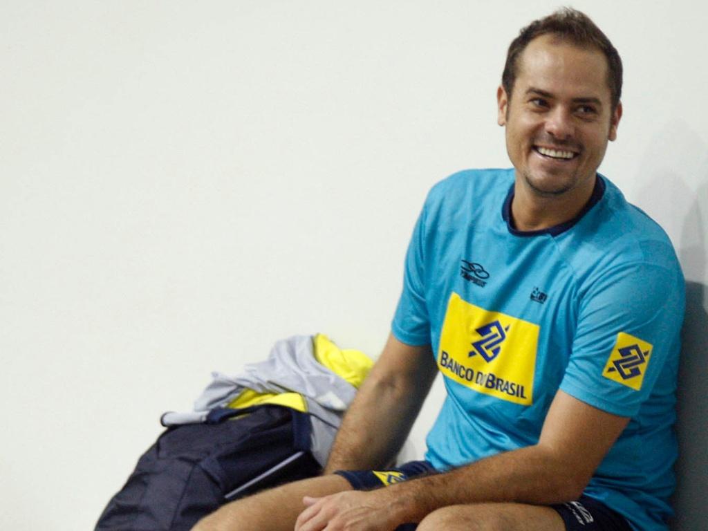 Ricardinho sorri durante o treino da seleção brasileira de vôlei no CT de Saquarema, no Rio de Janeiro