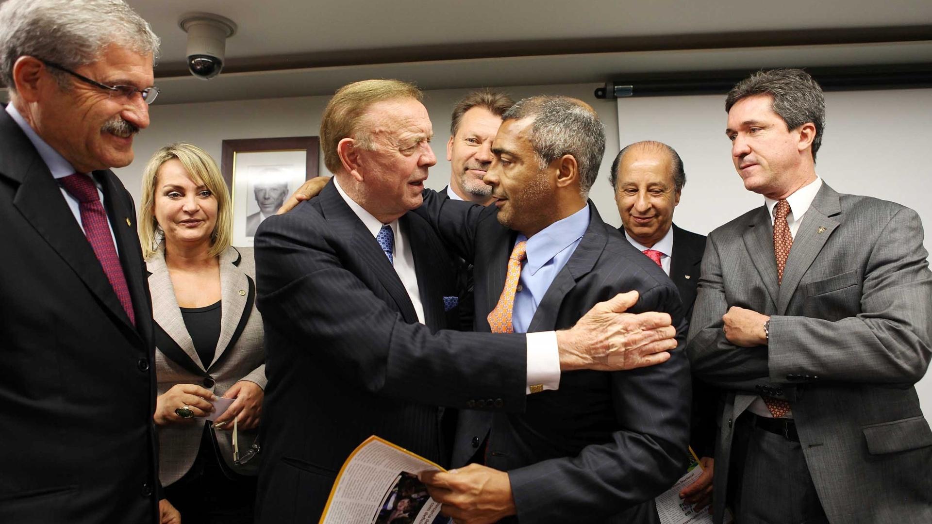 Romário cumprimenta José Maria Marin em visita do presidente da CBF ao Congresso