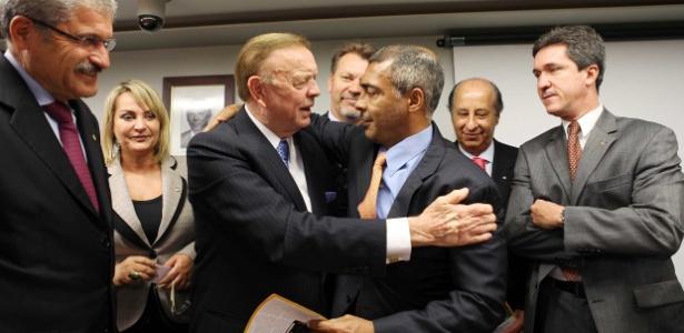Romário cumprimenta José Maria Marin em visita do presidente da CBF ao Congresso, em maio de 2012