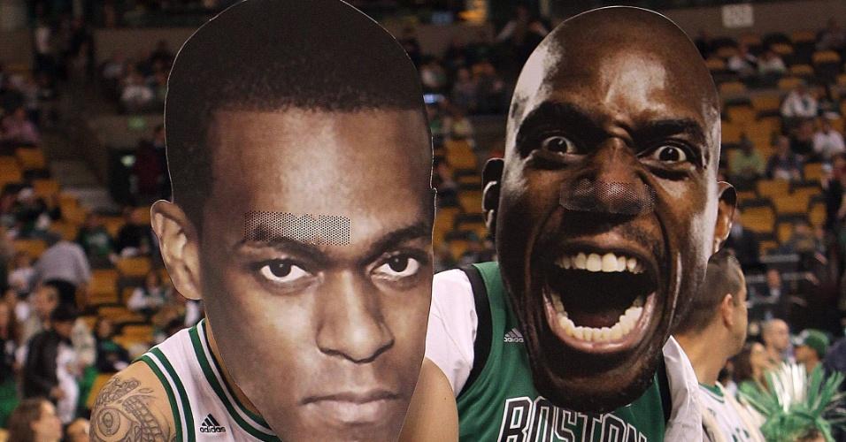 Torcedores do Boston Celtics usam máscaras de Rajon Rondo e Kevin Garnett