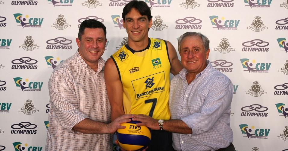 Tulio Formicola, Giba e Ary Graça na cerimônia que exibiu à imprensa os novos uniformes das seleções brasileiras