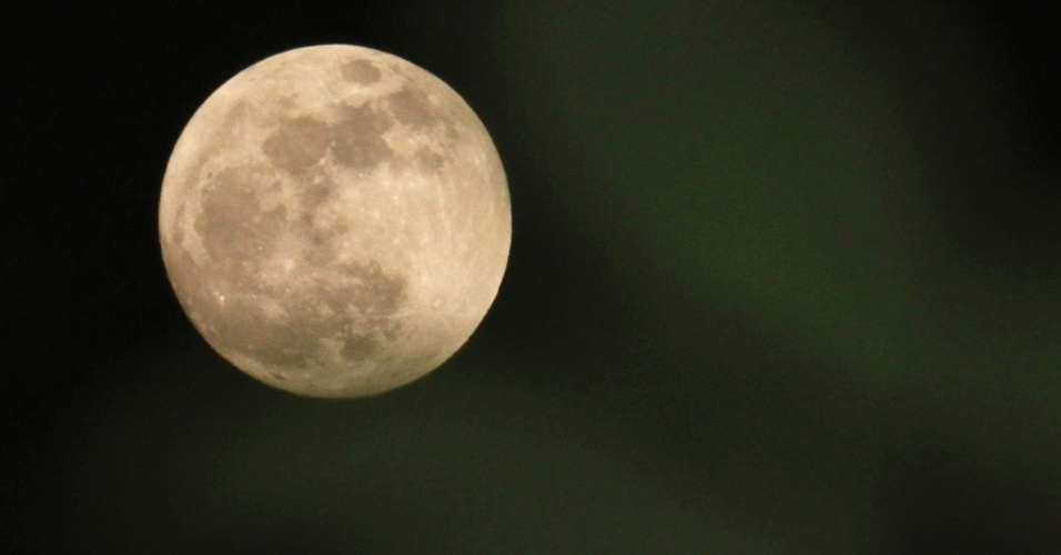 05.mai.2012 - Lua cheia no c&#233;u de Karachi, no Paquist&#227;o