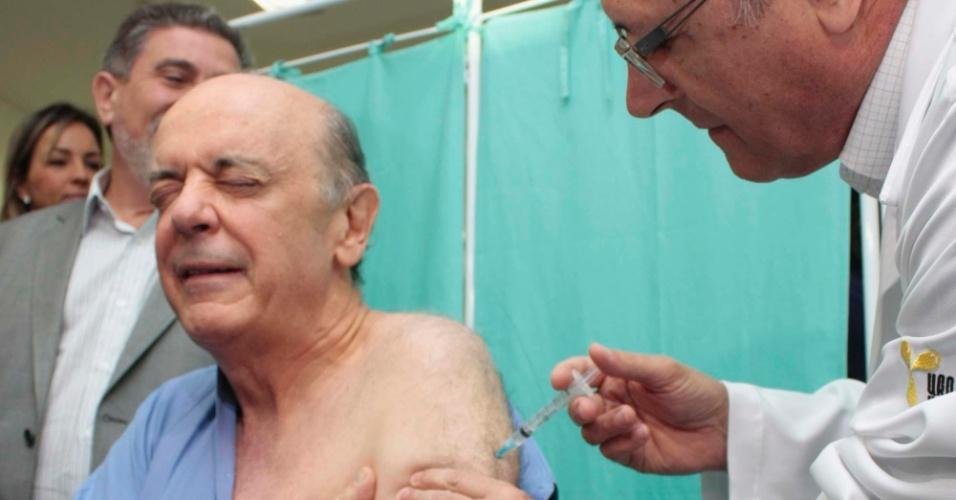 5.mai.2012 - O governador Geraldo Alckmin e o candidato a Prefeitura de São Paulo José Serra participam da campanha de vacinação contra a gripe no CRI ( Centro de Referência do Idoso), na Zona Norte de São Paulo (SP)