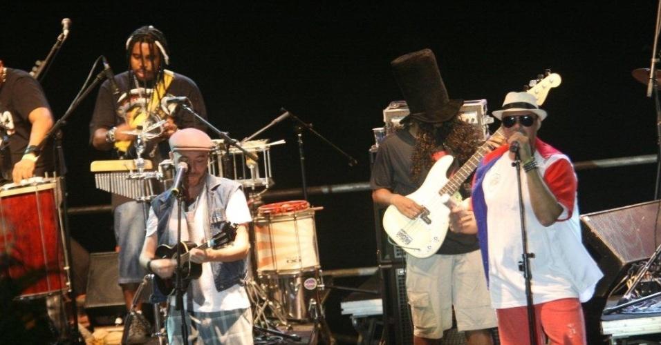 A banda Rio Samba 'n' Roll anima os fãs no palco Arpoador durante apresentação no Viradão Carioca (5/5/2012). A banda abriu a programação do sábado depois de trocar de horário com o grupo de percussão Mulheres de Chico
