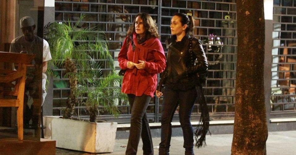 Alessandra Negrini passeia com Xuxa Lopes no Leblon (4/5/12)