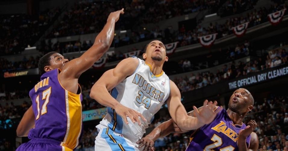 JaVale McGee disputa bola marcado por dois na vitória do Denver sobre os Lakers nesta sexta