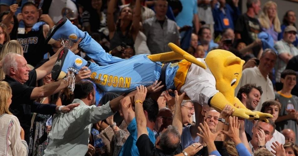 Mascote do Denver Nuggets faz a festa com a torcida na vitória da equipe da casa, que diminuiu para 2 a 1 a vantagem dos Lakers nos playoffs