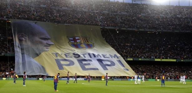 Torcida do Barcelona estende bandeira em homenagem ao técnico Pep Guardiola