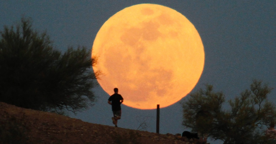 5.mai.2012 - Superlua é vista em Phoenix, no Arizona, EUA