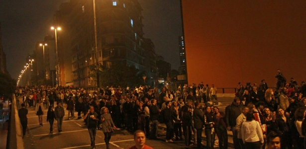 Centenas de pessoas aguardam em fila abertura da barraca que serviu o prato galinhada do chef paulistano Alex Atala no Minhocao, zona oeste de são Paulo