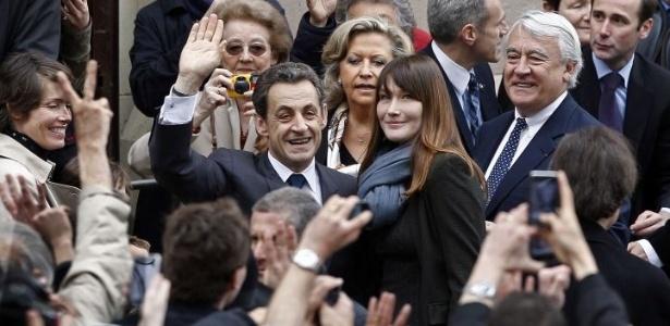 6.mai.2012 - O presidente francês e candidato a reeleição, Nicolas Sarkozy, chega a colégio eleitoral acompanhado de sua esposa, Carla Bruni-Sarkozi, para votar no segundo turno das eleições da França