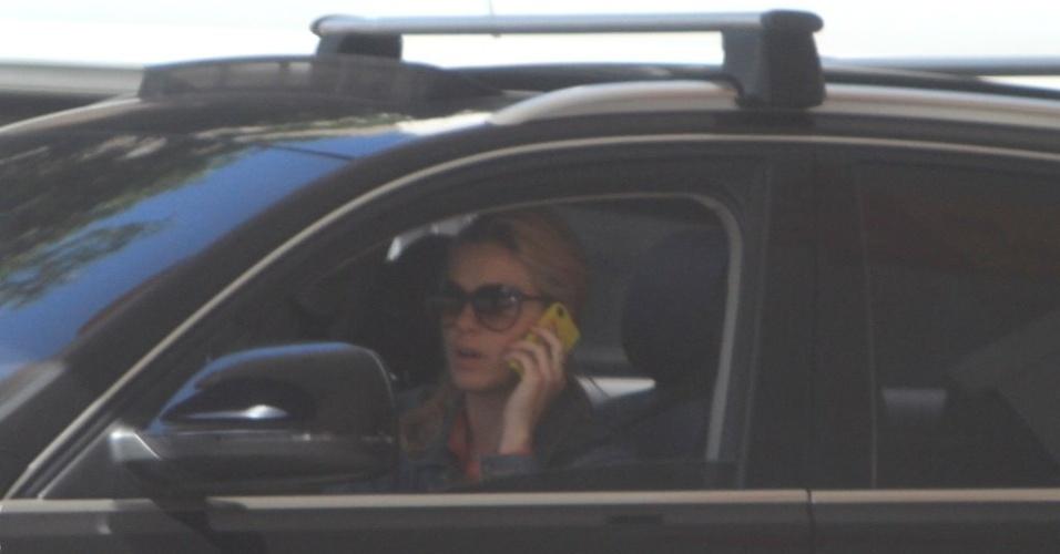 Carolina Dieckmann é fotografada pela primeira vez em posto de gasolina no Leblon (6/5/2012). É a primeira vez que a atriz é vista após o vazamento de suas fotos nua na internet