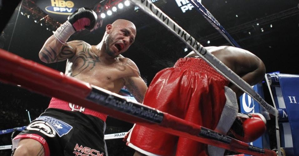 Cotto tenta golpe com Mayweather já para fora das cordas; o norte-americano venceu por pontos após 12 rounds