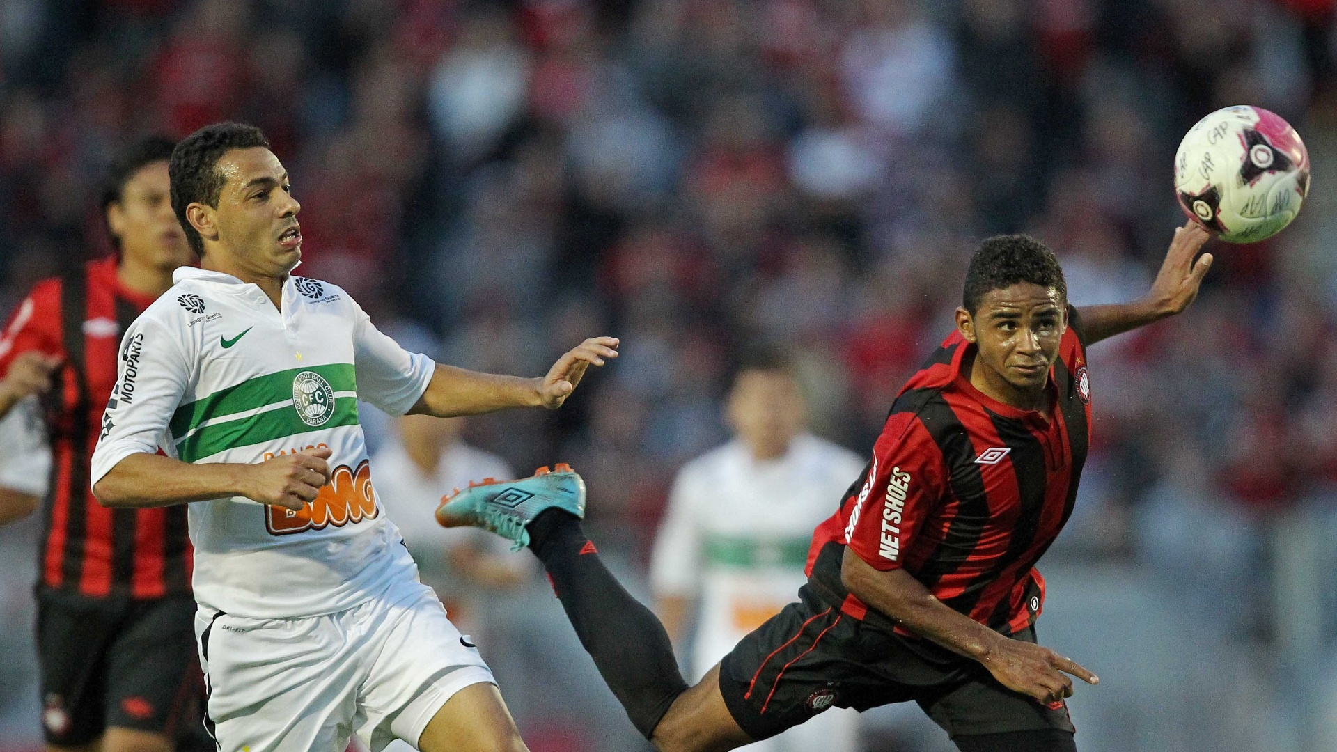 Deivid, do Atletico-PR, disputa lance com Roberto, do Coritiba, na primeira partida da final do Paranaense