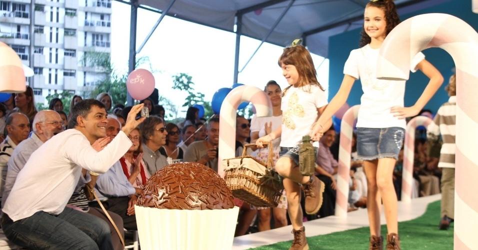 """Eduardo Moscovis """"tieta"""" a filha em desfile de moda infantil no Rio de Janeiro (6/5/12)"""