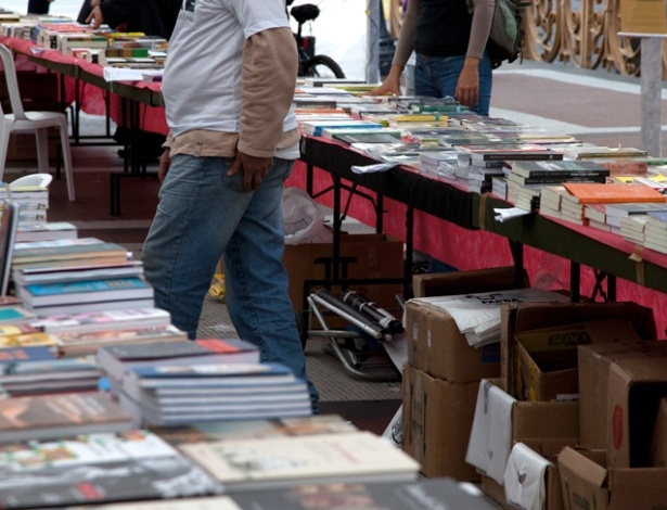 Feira de livros acontece durante a Virada Cultural. O evento conta com mais de 900 atra&#231;&#245;es espalhadas pelas ruas do centro de S&#227;o Paulo &#40;6/5/12&#41;