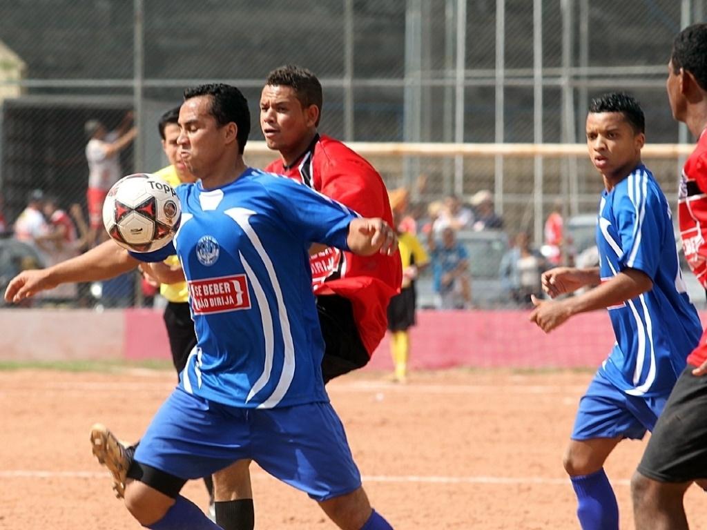 Lance entre Beija Flor (azul) X Steel (vermelho) pela Série B da Copa Kaiser