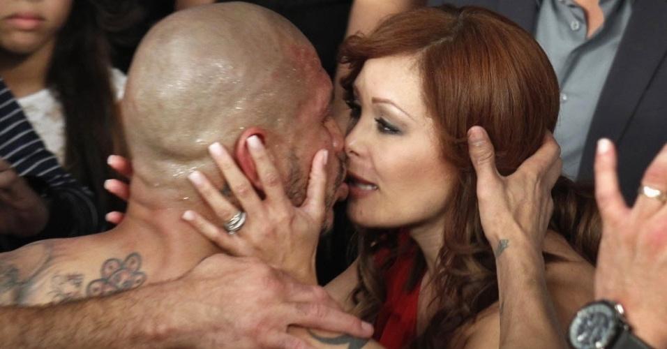Mai.2012 - Miguel Cotto recebe o carinho de sua mulher após derrota para Mayweather, perdendo o cinturão dos médios ligeiros da AMB