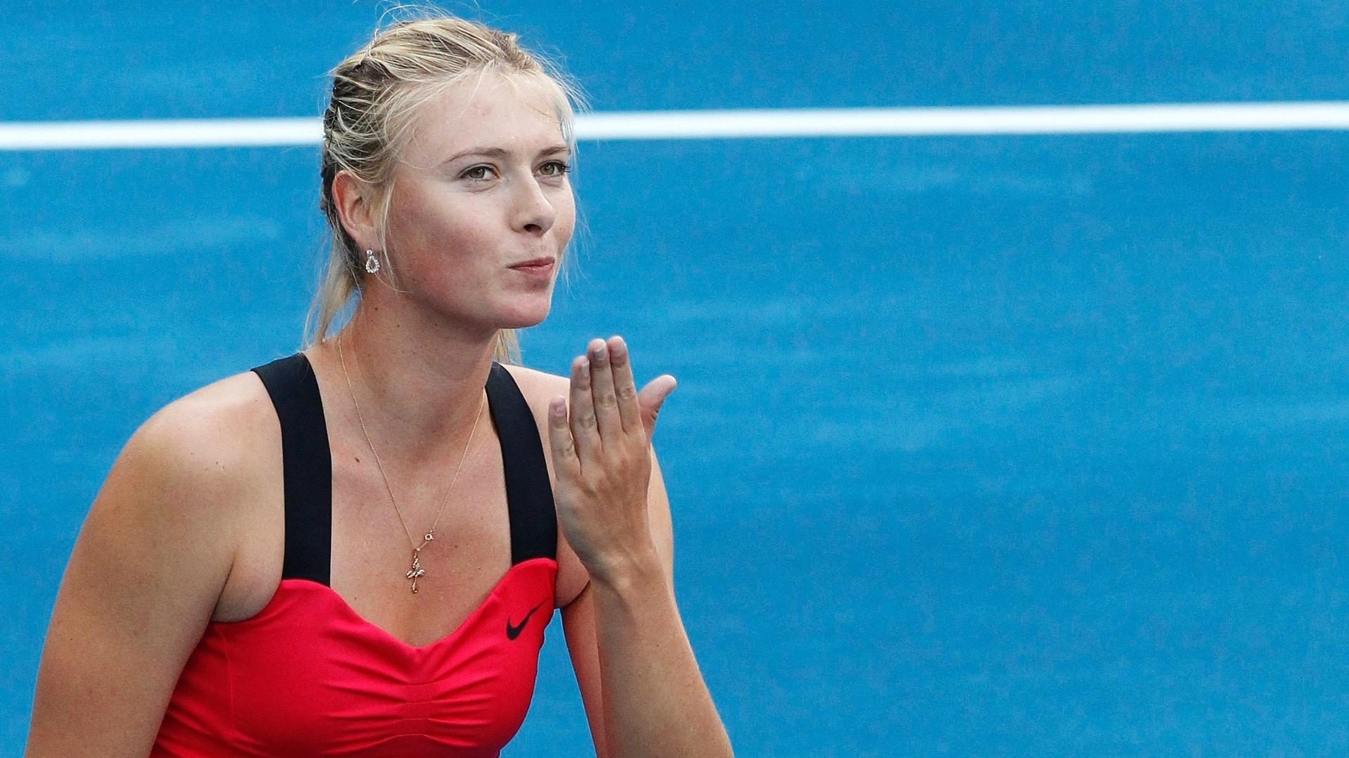 Musa Maria Sharapova manda beijo após estrear com vitória sobre Irina-Camelia Begu no saibro azul de Madri