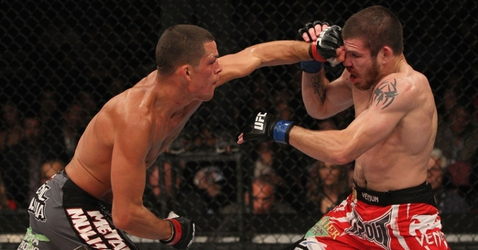 Nate Diaz atinge golpe em Jim Miller; norte-americano venceu por finalizao