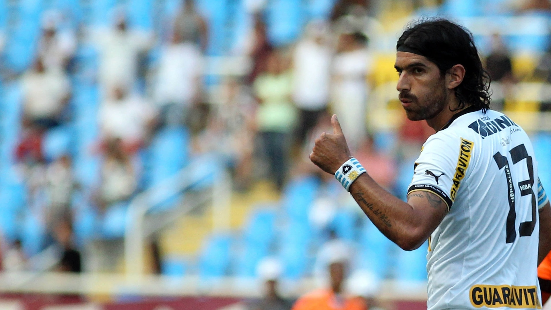 O atacante Loco Abreu, do Botafogo, acena durante a final contra o Fluminense