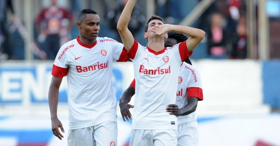 Oscar marca gol de empate do Inter contra o Caxias e chora ao comemorar (06/05/12)