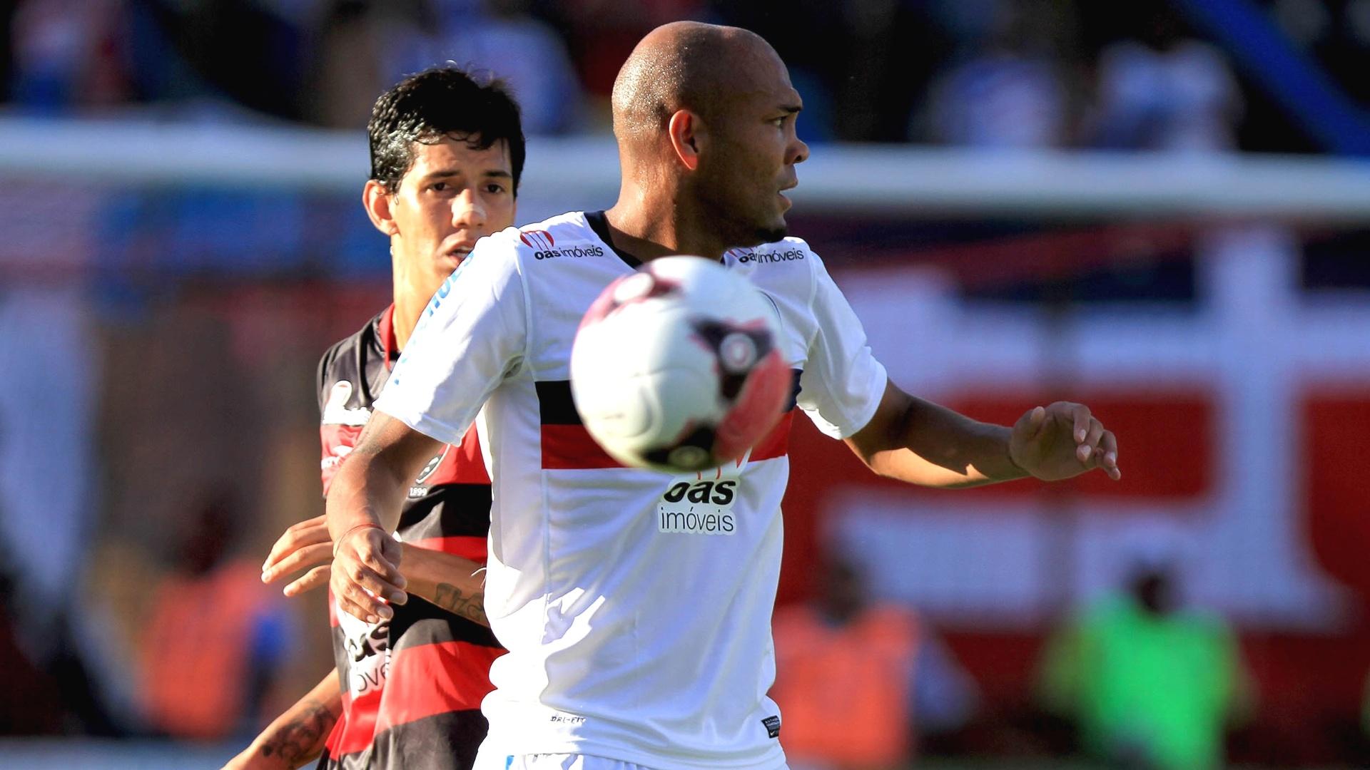 Souza, do Bahia, disputa lance durante partida contra o Vitória na primeira partida da final do Baiano 2012