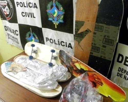 07.mai.2012 - Equipe de policiais do Departamento de Narcóticos (Denarc), de Porto Velho (RO), prendeu um homem identificado como Jackson Caetano do Nascimento, 31, com 3,32 kg de pasta base de cocaína escondida dentro de skates. A droga seria levada de ônibus para Fortaleza (CE)