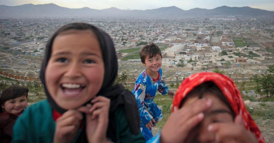 07.mai.2012 - Crianças brincam em uma colina com vista para Cabul, no Afeganistão