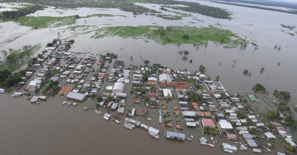 7.mai.2012 - Cheia do rio Solimões deixa 90% do município de Careira da Várzea (25km de Manaus), na Amazonas, submerso de água