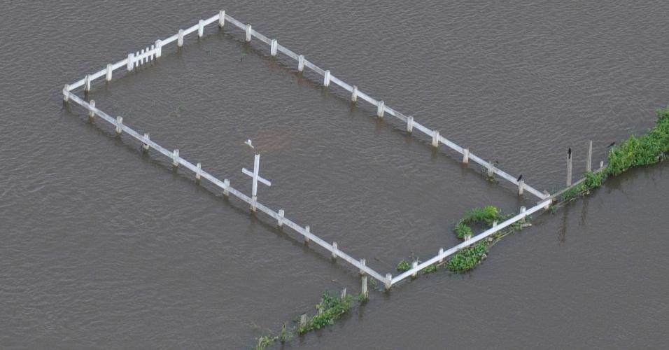 7.mai.2012 - Com as cheias do rio Solimões, cemitérios do município de Careira da Várzea (25km de Manaus), na Amazonas, fica submersos de água. O incidente, segundo a assessoria do Governo do Estado, afetou nove dos dez cemitérios da região