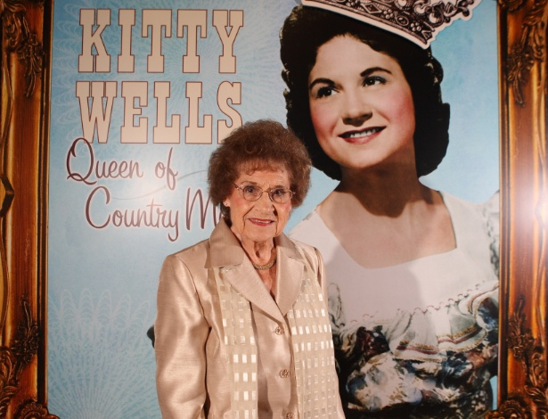 A cantora country Kitty Wells na abertura da exposição Kitty Wells: Queen of Country Music, no Country Music Hall of Fame, em Nashville (2008)