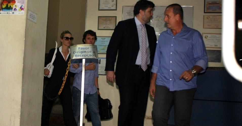 Carolina Dieckmann deixa a delegacia acompanhada do marido, Tiago Worcman (7/5/12)