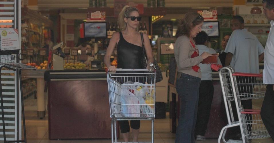 Danielle Winits deixa supermercado na zona oeste do Rio (7/5/12)