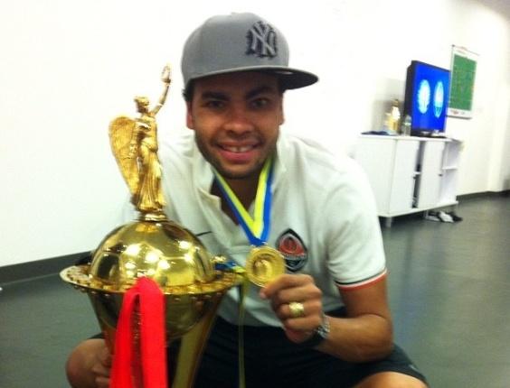 07.mai.2012 - Dentinho comemora conquista da Copa da Ucrânia, seu primeiro título pelo Shakhtar Donestk