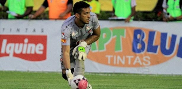 Douglas, goleiro do Vitória, faz a reposição durante clássico contra o Bahia, no Barradão (06/05/2012)