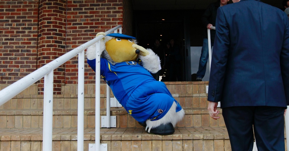 Mascote se prepara para a tradicional corrida beneficente na Inglaterra