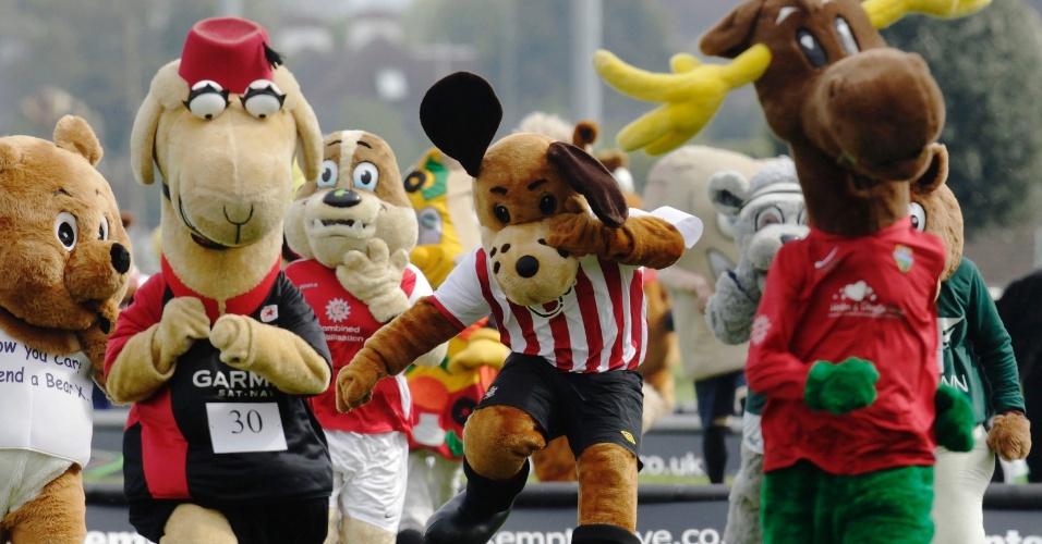Mascotes disputam animada corrida beneficente na Inglaterra