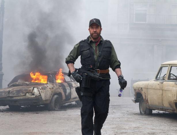 O lendário Chuck Norris em cena de Mercenários 2