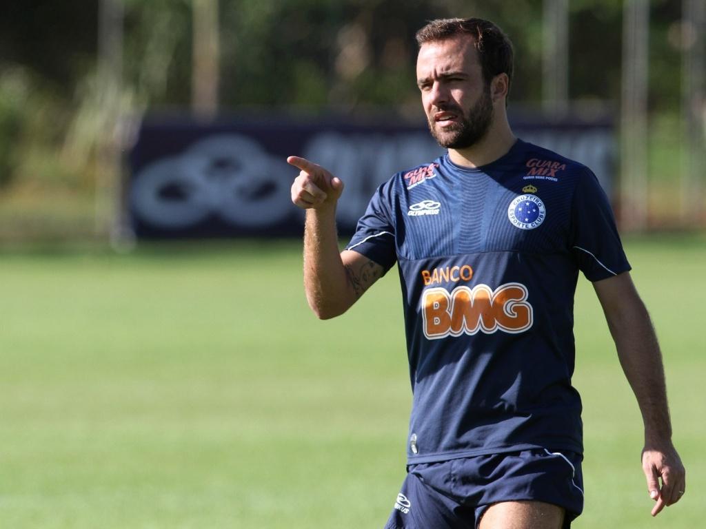 Roger com sua tatuagem durante treino do Cruzeiro (7/5/2012)