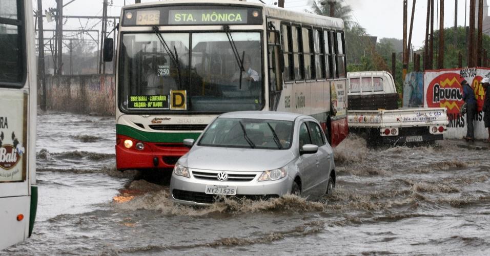 08.mai.2012 - Chuvas provocam pontos de alagamentos e engarrafamentos em avenidas de Salvador, na Bahia. Na foto, ônibus e carros atravessam a rua Nilo Peçanha pela calçada