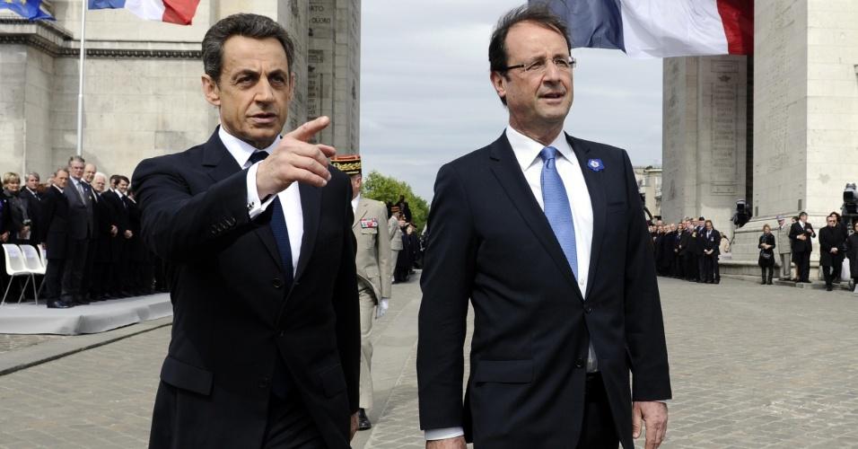 08.mai.2012 - O atual presidente francês, Nicolas Sarkozy (esq.), e o seu sucessor recém-eleito, Fraçois Hollande (dir.), participam de cerimônia que marca o 67º aniversário da vitória dos Aliados contra o Nazismo alemão na 2ª Guerra Mundial, no Arco do Triumfo, em Paris (França)