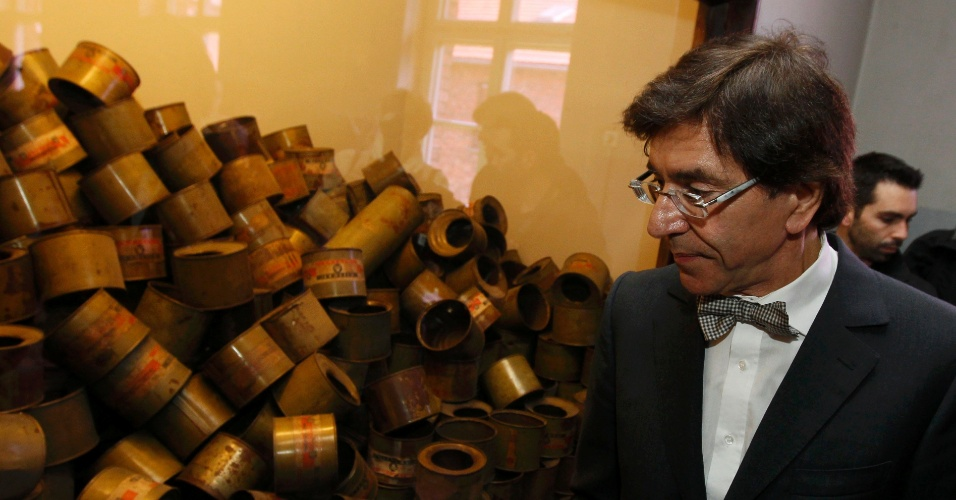 8.mai.2012 - O primeiro ministro belga Elio Di Rupo olha para botijões de gás usados pelo Nazismo durante a 2ª Guerra Mundial, na Polônia