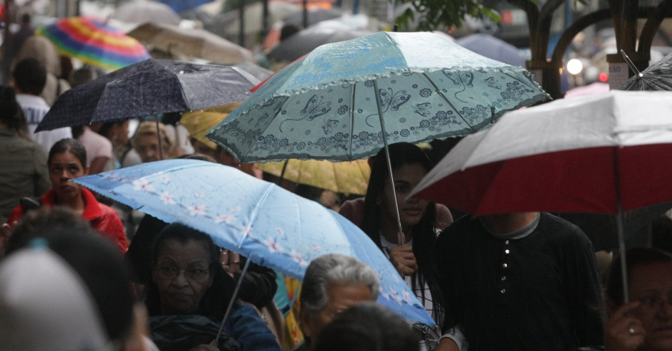 8.mai.2012 - Pedestres enfrentaram frio e chuva na cidade de Belo Horizonte, em Minas Gerais