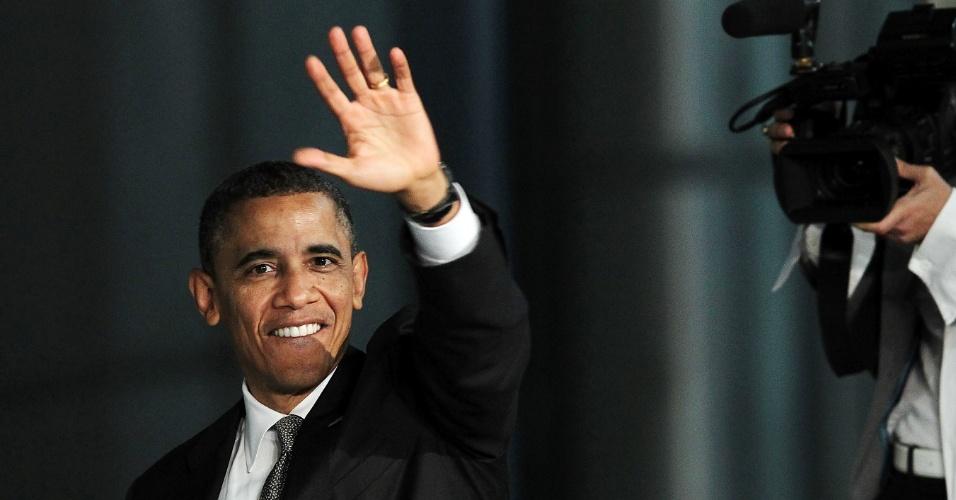 8.mai.2012 - Presidente dos Estados Unidos, Barack Obama, acena para o público depois de falar na Universidade de Albany, Nova York.