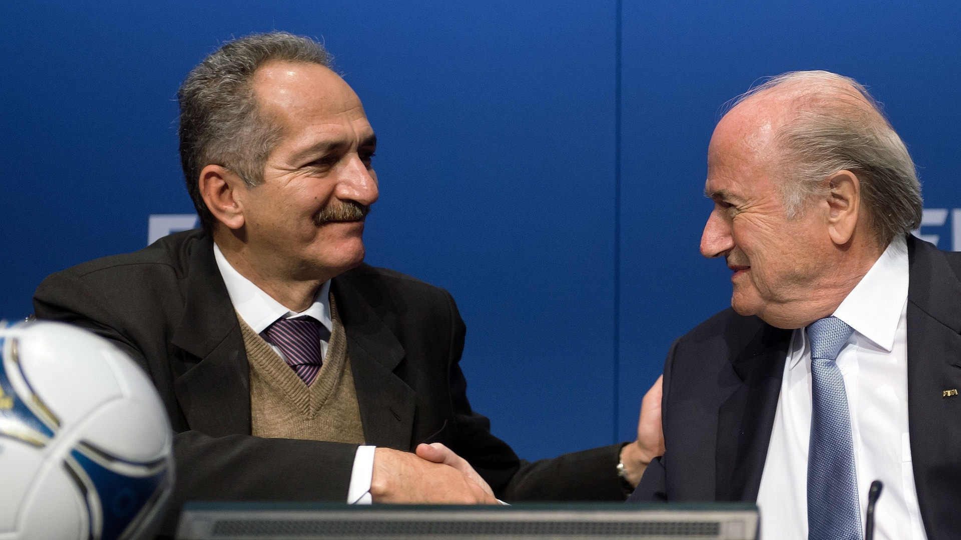 Aldo Rebelo cumprimenta presidente da Fifa Joseph Blatter em reunio realizada nesta tera-feira, em Zurique