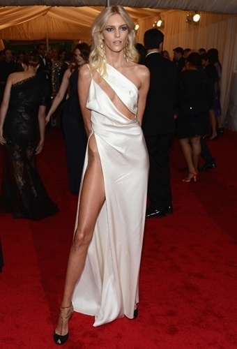 Anja Rubik no baile de gala do MET 2012 (07/05/20120